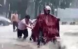 Việc tốt quanh ta - Xúc động hình ảnh 2 nam sinh dầm mình dưới mưa đẩy xe giúp người dân giữa dòng nước xiết