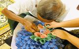 Câu chuyện xúc động phía sau hình ảnh cha già cặm cụi giúp con gái chuẩn bị bó hoa tiền