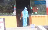 Đội phản ứng nhanh phun khử trùng quán pizza ở Hà Nội nơi có nhân viên nghi nhiễm Covid-19