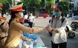 Việc tốt quanh ta - Hà Nội: CSGT tặng khẩu trang và nước uống cho các thí sinh thi tốt nghiệp THPT 2020