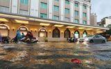Mưa lớn gây ngập cục bộ nhiều tuyến phố Hà Nội, người dân loay hoay quét nước ra khỏi nhà