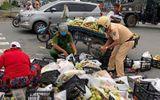 Cảnh sát giao thông giúp dân gặp nạn trên đường