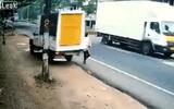 """Video: Người đàn ông thoát chết trong gang tấc khi đang """"tung tăng"""" dạo phố"""