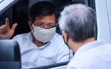 Ông Đoàn Ngọc Hải diện sơ mi trắng, đi dép tổ ong, đích thân lái xe chở bệnh nhân nghèo từ Hà Nội về Hà Giang