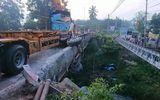 Tin tai nạn giao thông mới nhất ngày 10/9/2020: Container tông gãy lan can cầu rồi rơi xuống suối