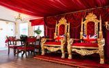 Khám phá nhà nghỉ phong cách hoàng gia, lóa mắt với ngai vàng bọc nhung đỏ, toilet dát vàng