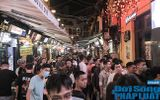 """""""Nam thanh, nữ tú"""" xếp hàng dài cả trăm mét để chờ vào """"quẩy"""" ở quán bar hot nhất Hà Nội"""