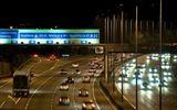 Tin thế giới - Nhoài người ra của sổ ô tô để quay video, cô gái người Anh ngã nhào xuống đường cao tốc