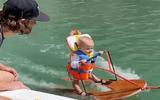 Ngưỡng mộ bé 6 tháng tuổi phá kỷ lục thế giới về lướt ván nước