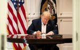 Nhà Trắng công bố hình ảnh Tổng thống Trump cặm cụi làm việc trong bệnh viện