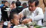 Ông Đoàn Ngọc Hải nấu phở gà đãi học sinh tiểu học huyện Mèo Vạc