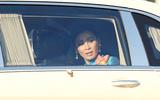 Hoàng hậu Thái Lan lộ vẻ căng thẳng khi người biểu tình vây quanh xe
