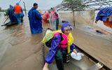 """Dù đã U60, mẹ Hồ Ngọc Hà vẫn nhiệt tình """"lội nước"""" cứu trợ miền Trung"""