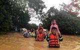 Việc tốt quanh ta - Video: Xúc động hình ảnh các chiến sĩ ở Quảng Trị vừa hát, vừa cứu trợ người dân