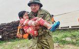 Cộng đồng mạng - Xúc động khoảnh khắc chiến sĩ công an bế bé gái gãy tay vội vã lên ô tô tới bệnh viện trong mưa lũ