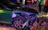 Tin trong nước - Tin tai nạn giao thông mới nhất ngày 23/10/2020: Siêu xe Bentley 25 tỷ nát đầu sau cú tông bồn cây ở Hà Nội