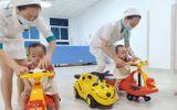 Sức khoẻ - Làm đẹp - Cặp song sinh Trúc Nhi-Diệu Nhi tái khám, thích thú chơi đua xe cùng bác sĩ