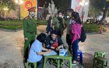 Tin trong nước - Hà Nội xử phạt người không đeo khẩu trang tại phố đi bộ Hồ Gươm