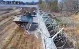 """Tin thế giới - """"Hoảng hốt"""" cảnh lính Nga say rượu lái xe tăng """"đâm thủng"""" tường sân bay"""