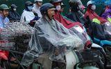 Hà Nội mưa lạnh do ảnh hưởng của bão số 9, người dân chật vật đến chỗ làm