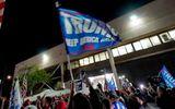 """Phe ông Trump """"khởi sắc"""" ở Arizona, người biểu tình tụ tập bên ngoài cơ sở kiểm phiếu hy vọng """"lật ngược thế cờ"""""""