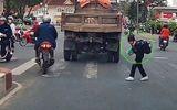 """Video: Nữ sinh cúi đầu cảm ơn khi được tài xế nhường đường gây """"bão"""" mạng"""