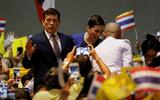 """Vua Thái Lan kêu gọi đoàn kết sau khi người biểu tình """"quay lưng"""" với đoàn xe hoàng gia"""