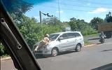Đắk Lắk: Làm rõ việc CSGT phải đu mình trên nắp ca-pô xe 7 chỗ