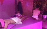 Bắt quả tang nữ nhân viên quán massage Suka không mặc áo, kích dục cho khách