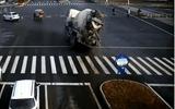 Video-Hot - Video: Xe con đánh lái nhanh như chớp tránh xe bồn bị lật đổ ngay giữa ngã tư