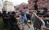 Tin thế giới - Bạo loạn xảy ra ở đám tang Maradona: Cảnh sát dùng đạn cao su trấn áp đám đông quá khích