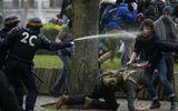 Tin thế giới - Video: Cảnh sát Pháp dùng hơi cay trấn áp nhóm người biểu tình hỗn loạn