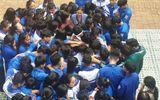 Chuyện học đường - Học sinh và thầy cô ôm nhau khóc giữa sân trường, sự thật khiến nhiều người nghẹn ngào