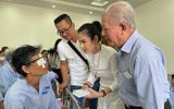 Việc tốt quanh ta - Việt Trinh không tổ chức sinh nhật suốt 11 năm, giúp hàng nghìn người nghèo sáng mắt