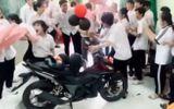 """Chuyện học đường - Học trò """"chơi lớn"""" mua tặng thầy giáo xe máy 50 triệu, sự thật bị """"phanh phui"""" bởi dân lớp khác"""