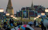 Vua Thái Lan được hàng nghìn người chào đón trong lễ mừng sinh nhật cố quốc vương