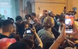 Nghẹn ngào cảnh Việt Hương khóc lặng người, đi không nổi sau khi viếng cố nghệ sĩ Chí Tài