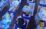 Video: Giờ ngủ trưa, cô giáo ngồi đè lên đầu học sinh rồi xem điện thoại