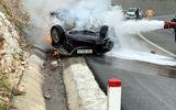 Ô tô đâm vào vách núi rồi bốc cháy, tài xế tử vong trong xe