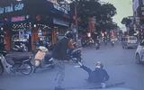 """Video: Hai người đàn ông dùng """"nắm đấm"""" giải quyết sau va chạm giữa phố"""
