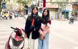 2 công chúa nhà MC Quyền Linh tạo dáng giữa phố phường Hà Nội, ngoại hình nổi bật khiến ai cũng trầm trồ