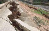 Bạch Hạ - Phú Xuyên: Sụt lún đê kinh hoàng, người dân mất đường đi