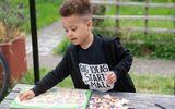 """Thần đồng 4 tuổi người Anh: Sở hữu chỉ số IQ cực """"khủng"""", tự mình học nhiều ngôn ngữ"""