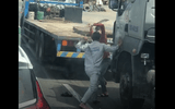 Video: Kinh hãi cảnh 2 tài xế hung hãi đánh nhau giữa đường