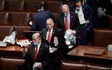 """Nghị sĩ Mỹ kể lại khoảnh khắc hãi hùng khi """"cuồng phong biểu tình"""" tràn vào toà nhà Quốc hội"""