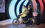 """Tin tức giải trí - Ngồi sau """"tay lái lụa"""" của Tự Long, MC Lại Văn Sâm có thái độ bất ngờ khiến khán giả cười """"té ghế"""""""