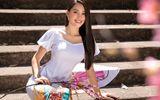 """Tin tức giải trí - Hoa hậu Tiểu Vy """"đốn tim"""" người xem với nụ cười tỏa nắng trong bộ áo dài rực rỡ sắc xuân"""