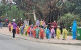Hải Dương: 75 học sinh mầm non mặc áo mưa đi cách ly tập trung