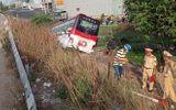Tin tai nạn giao thông ngày 5/2: Ô tô khách 50 chỗ cắm đầu xuống kênh nước