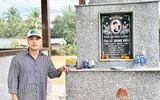 Vợ chồng Ưng Hoàng Phúc đến viếng mộ Vân Quang Long sau 1 tháng cố ca sĩ qua đời